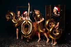 Amies ayant la partie de nouvelle année à la boîte de nuit Photo stock