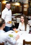 Amies ayant le bon temps dans le restaurant Photographie stock libre de droits