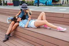 Amies bavardage et amusement de avoir extérieur Photographie stock