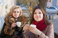 Amies buvant du café dehors Photographie stock