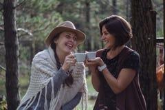 Amies buvant du café sur la nature dans le pays Style folklorique Images stock