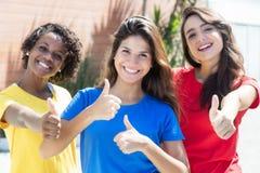 Amies caucasiennes d'afro-américain d'american national standard dans des chemises colorées SH Photographie stock