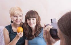 Amies caucasiennes heureuses avec le système dentaire de parenthèse installé Photos stock