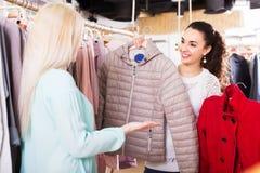 Amies choisissant la veste chaude Photo stock