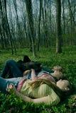 Amies détendant dans la forêt Photo stock