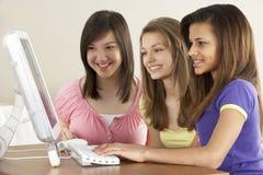 Amies d'adolescent sur l'ordinateur à la maison Image stock