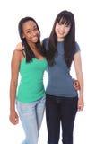 Amies d'adolescente d'Afro-américain et de Japonais Image libre de droits