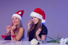Amies dans des chapeaux de Noël avec des cocktails Photo libre de droits