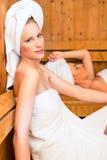 Amies dans la station thermale de bien-être appréciant l'infusion de sauna Photographie stock libre de droits