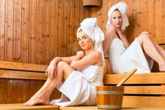 Amies dans la station thermale de bien-être appréciant l'infusion de sauna Photo libre de droits