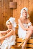Amies dans la station thermale de bien-être appréciant l'infusion de sauna Photos libres de droits