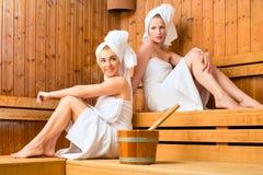 Amies dans la station thermale de bien-être appréciant l'infusion de sauna Image libre de droits