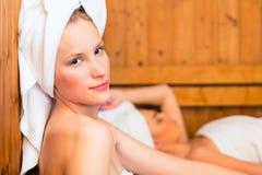 Amies dans la station thermale de bien-être appréciant l'infusion de sauna Images libres de droits