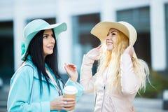 Amies dans le chapeau avec du café Photo libre de droits