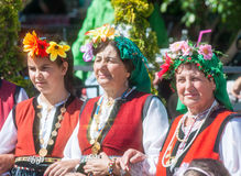 Amies dans les costumes nationaux de la Bulgarie Images stock