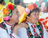 Amies dans les costumes nationaux du Balkan Photos libres de droits