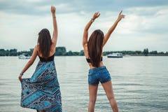 Amies dansant et ondulant sur la plage Images stock