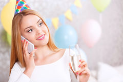 Amies de attente de jeune fille à la fête d'anniversaire Photo stock