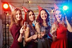 Amies de fête d'anniversaire Belle fille dans un chapeau avec des verres Photos libres de droits