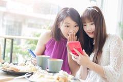 Amies de femme dans le restaurant Photographie stock