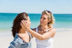 Amies de femme sur la plage Images stock