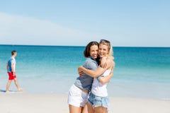 Amies de femme sur la plage Photographie stock libre de droits