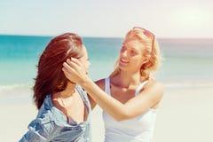 Amies de femme sur la plage Photo stock