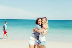 Amies de femme sur la plage Image stock