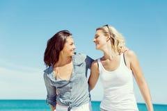 Amies de femme sur la plage Photos stock