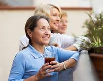 Amies de femme sur la terrasse d'été Image stock