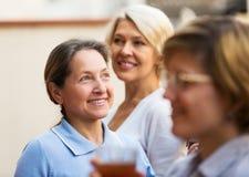 Amies de femme sur la terrasse d'été Photographie stock