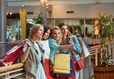 Amies de femmes d'achats Photographie stock libre de droits