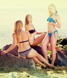 Amies de femmes dans parler de bikini Photo stock