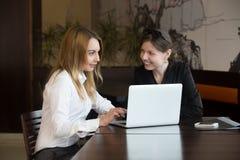 Amies de femmes de bureau Image libre de droits