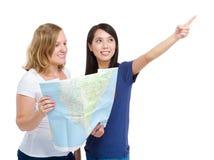 Amies de femmes de voyage de touristes avec la carte Photo libre de droits