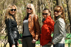 Amies de femmes en stationnement Photographie stock