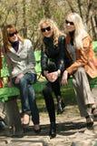 Amies de femmes sur un banc Images libres de droits