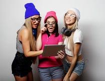 Amies de hippie avec le comprimé numérique Photos stock