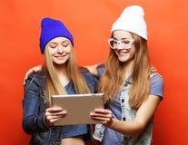 Amies de hippie prenant le selfie avec le comprimé numérique, studio Photographie stock