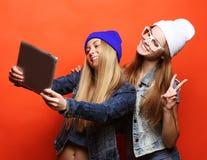 Amies de hippie prenant le selfie avec le comprimé numérique, studio Photographie stock libre de droits