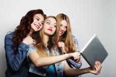 Amies de hippie prenant le selfie avec le comprimé numérique Image stock