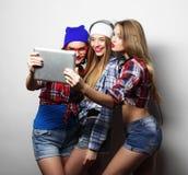 Amies de hippie prenant le selfie avec le comprimé numérique Photographie stock