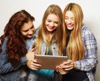 Amies de hippie prenant le selfie avec le comprimé numérique Photographie stock libre de droits