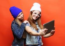 Amies de hippie prenant le selfie avec le comprimé numérique, studio Images stock