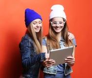 Amies de hippie prenant le selfie avec le comprimé numérique, studio Image libre de droits