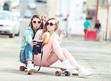 Amies de hippie prenant un selfie dans la ville urbaine Images stock