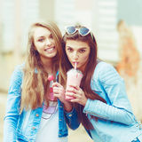 Amies de hippie prenant un selfie dans la ville urbaine Photographie stock libre de droits