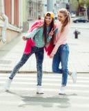 Amies de hippie prenant un selfie dans la ville urbaine Photographie stock