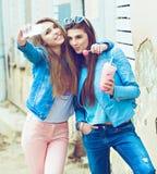 Amies de hippie prenant un selfie dans la ville urbaine Photo stock