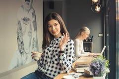 Amies de jeunes femmes dans un temps gratuit de café Image libre de droits
